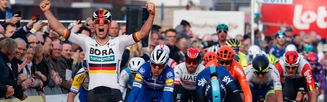 Pascal Ackermann feiert seinen Triumph in Belgien
