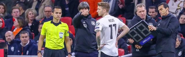 Joachim Löw gibt Marco Reus Anweisungen