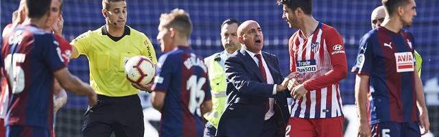 Alvaro Morata von Atletico Madrid geriet mit Schiedsrichter Javier Alberola Rojas aneinander