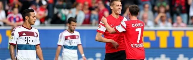 Nils Petersen (2.v.r.) schießt den SC Freiburg mit seinem achten Saisontreffer zum Sieg über den FC Bayern