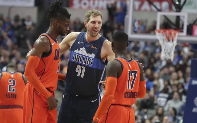 Dennis Schröder hofft, dass Dirk Nowitzki in der NBA noch ein Jahr dran hängt