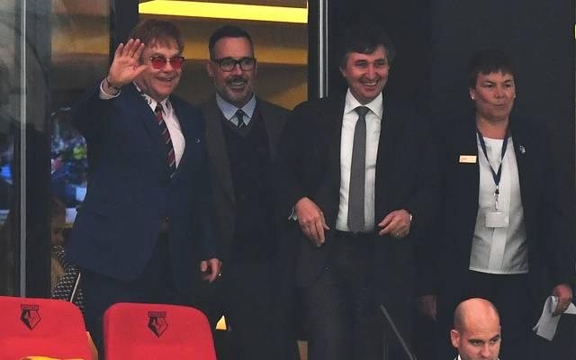 Sir Elton John (l.) ist als Ehrenpräsident ein gern gesehener Gast beim FC Watford