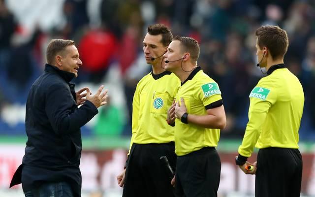 Horst Heldt war nach der Niederlage von Hannover 96 gegen FC Augsburg sichtlich angesäuert