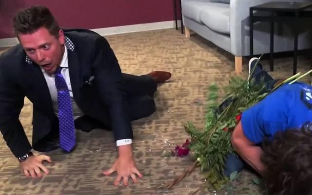 The Miz (l.) attackierte Daniel Bryan mit einer Glasvase