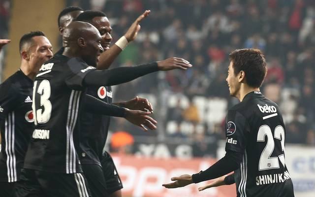 Shinji Kagawa bejubelt mit seinen Mitspielern seine ersten beiden Tore für Besiktas