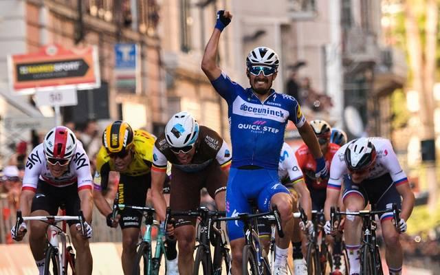 Julian Alaphilippe jubelt bei der Ziellinien-Überfahrt in Sanremo