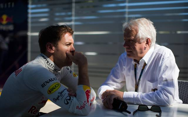 Sebastian Vettel (l.) trauert um den verstorbenen Charlie Whiting