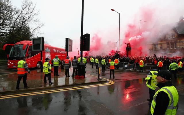 Bei Auseinandersetzungen zwischen beiden Fanlagern wurde am Rande des Hinspiels ein Liverpool-Fan lebensgefährlich verletzt