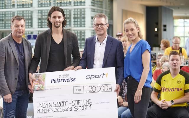 Neven Subotic (2.v.l.) freut sich über 20.000 Euro für seine Stiftung