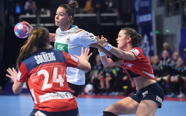 Handball-EM, Frauen: Deutschland schlägt Europameister Norwegen Emily Bölk war mit Ina Großmann Topwerferin des DHB (fünf Treffer)