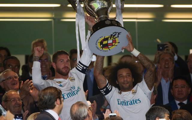 Sergio Ramos (l.) erhielt vor dem Spiel die Meistertrophäe