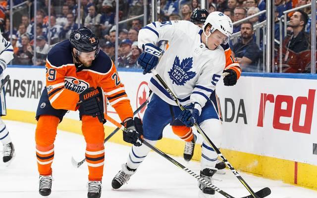 Leon Draisaitl (l.) und die Edmonton Oilers verlieren gegen die Toronto Maple Leafs