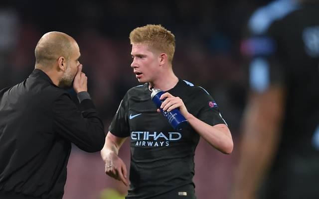Pep Guardiola (l.) erklärt Kevin De Bruyne bei Manchester City für unverkäuflich