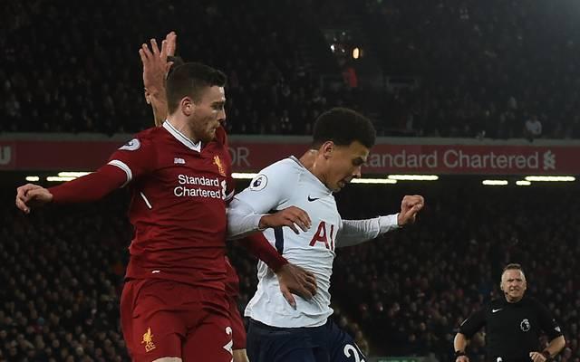Der englische Nationalspieler Dele Alli (r.) sah im Spiel gegen Liverpool Gelb wegen einer Schwalbe