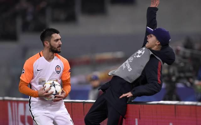 Facundo Ferreyra (l.) schubste im Spiel in Rom einen Balljungen über eine Werbebande