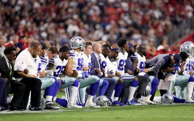 Die Profis der NFL protestieren, indem sie beim Abspielen der US-Hymne auf die Knie gehen