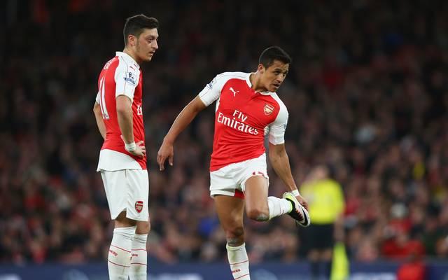 Die Verträge von Mesut Özil (l.) und Alexis Sanchez beim FC Arsenal laufen im Sommer aus