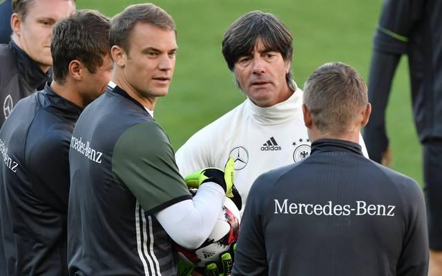 Bundestrainer Joachim Löw hofft für die WM in Russland weiter auf Stammkeeper Manuel Neuer