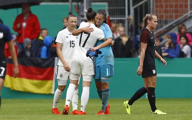 Die deutsche U19 der Frauen feiert gegen Spanien den zweiten Sieg