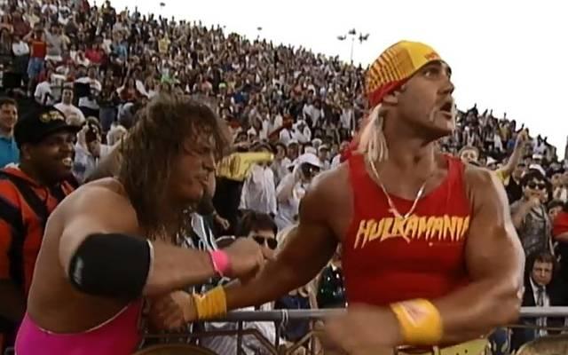 WWE-Legende Bret Hart (l.) ist bis heute sauer auf Hulk Hogan