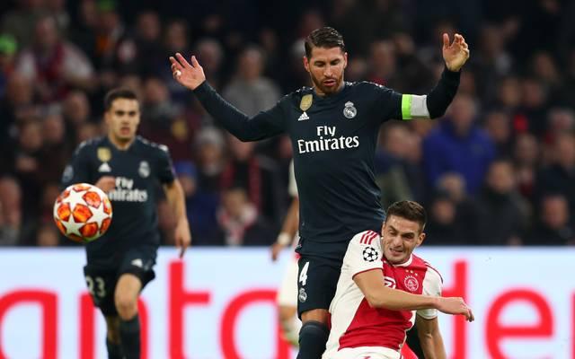 Nach Gelb-Geständnis: Sergio Ramos von Real Madrid droht längere Strafe, Real-Kapitän Sergio Ramos (mitte) sah gegen Ajax Amsterdam die 3. Gelbe Karte