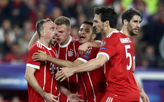 Die Bayern-Spieler bejubeln den Hinspiel-Sieg beim FC Sevilla