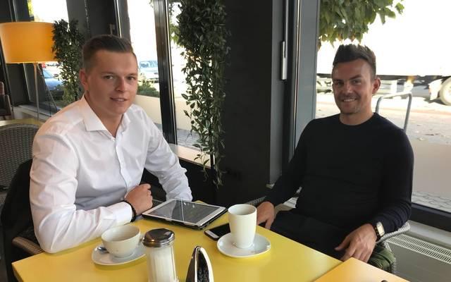 SPORT1-Reporter Henrik Hinrichsen (l.) traf Rödinghausens Trainer Enrico Maaßen zum Pokal-Interview