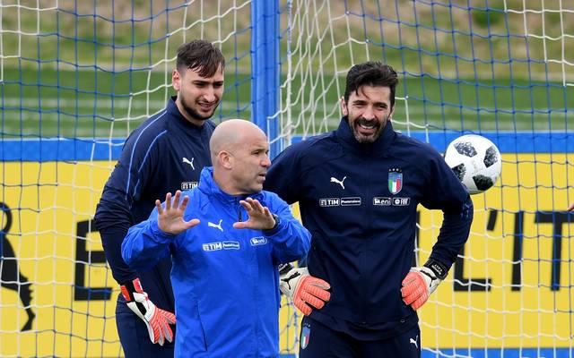 Gianluigi Buffon (r.) gibt sein Comeback für Italien - zum Leidwesen von Mino Raiolas Schützling Gianluigi Donnarumma (l.)