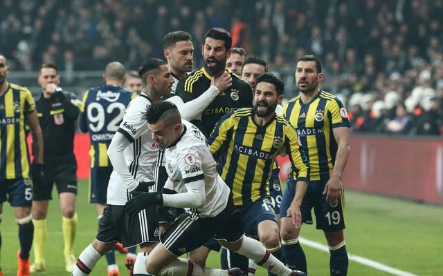In einem hitzigen Istanbuler Derby gab es mehrere Platzverweise
