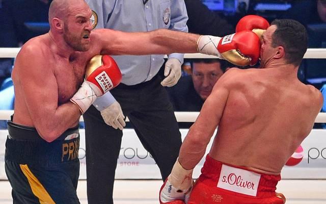 Tyson Fury (l.) fiel vor und während des Kampfes gegen Wladimir Klitschko mit Provokationen auf
