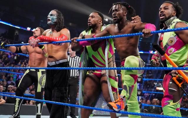 Kofi Kingston (2.v.r.) bekam bei WWE SmackDown Live die nächste gute Nachricht