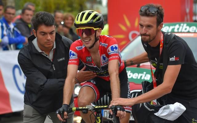 Simon Yates (M.) geht als Gesamtführender in die letzte Etappe der Vuelta
