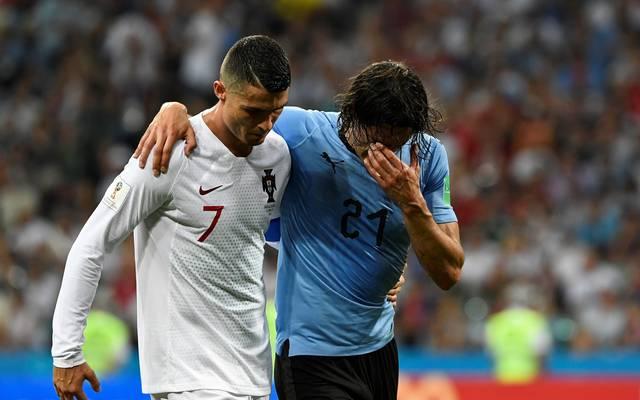 Gestützt von Cristiano Ronaldo (l.) verlässt Uruguays Matchwinner Edinson Cavani angeschlagen den Platz