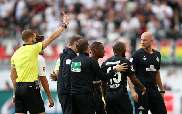 Frankfurts Jetro Willems kassiert gegen Werder Bremen die Rote Karte