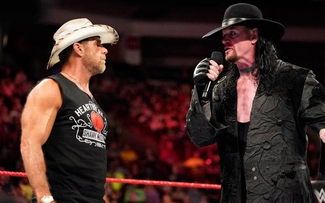 Der Undertaker (r.) reagiert bei WWE Monday Night RAW auf eine Ansage von Shawn Michaels