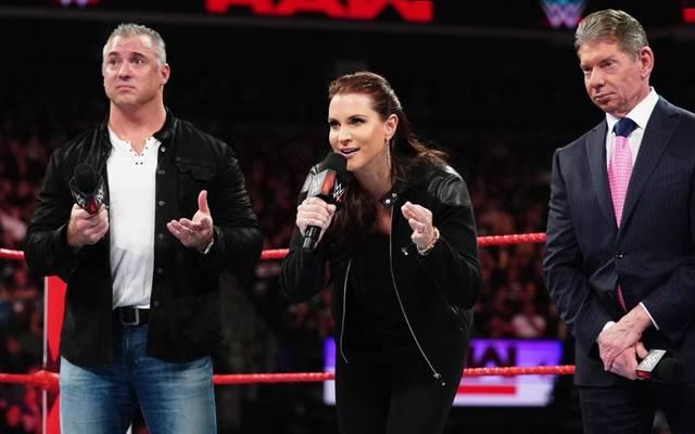 WWE-Boss Vince McMahon (r.) und seine Kinder Shane und Stephanie riefen bei RAW einen Neustart aus