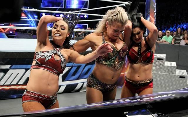 Charlotte Flair (M.) teilte bei WWE SmackDown Live auch gegen Peyton Royce (l.) und Billie Kay aus