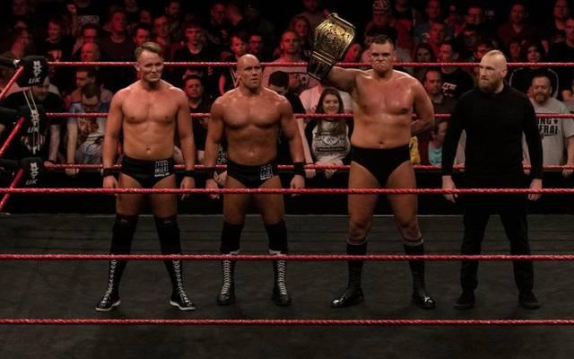 """Alexander Wolfe (r.) bildet bei WWE mit Marcel Barthel, Fabian Aichner und WALTER (v.l.) die Gruppierung """"Imperium"""""""
