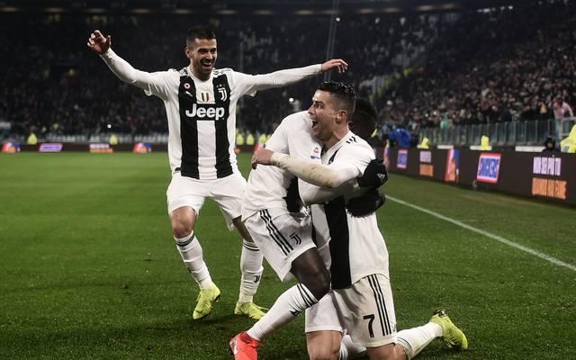 Juventus Turin freut sich über Ronaldo-Effekt in China, Cristiano Ronaldo (rechts)  feiert mit seinem Teamkollegen von Juventus in Tor