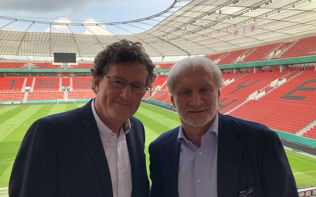 SPORT1-Reporter Thomas Herrmann (l.) traf Rudi Völler zum Interview