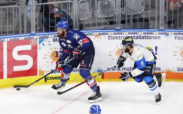Die Adler Mannheim (l.: Thomas Larkin) setzten sich im DEL-Spitzenspiel durch