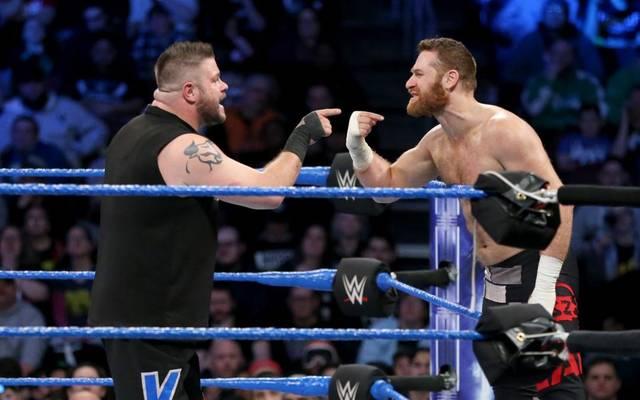 Kevin Owens (l.) und Sami Zayn stritten sich bei WWE SmackDown Live
