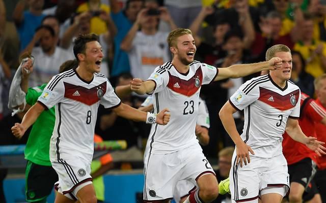 Christoph Kramer (M.) und Matthias Ginter (r.) wurden 2014 zusammen mit Mesut Özil Weltmeister