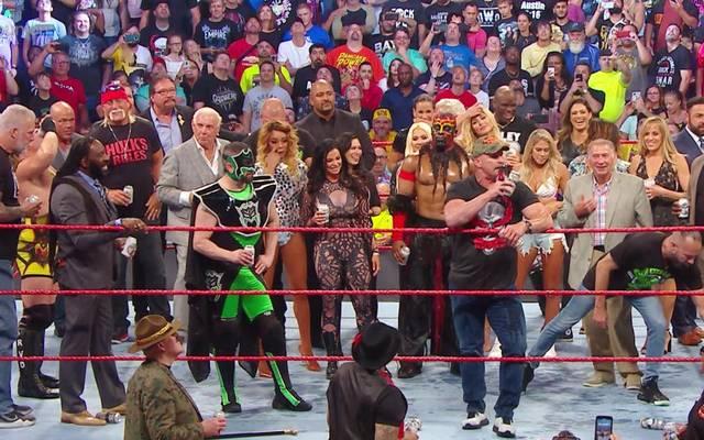 """Stone Cold Steve Austin, Hulk Hogan und Co. feierten bei WWE RAW Reunion einen großen """"Beer Bash"""""""