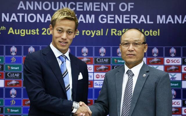 Keisuke Honda (l.) soll den Fußball in Kambodscha nach vorne bringen
