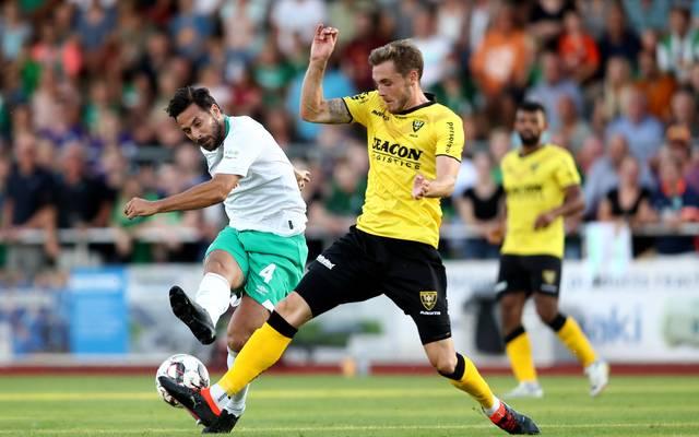 Claudio Pizarro (l.) feierte sein Comeback im Trikot von Werder Bremen