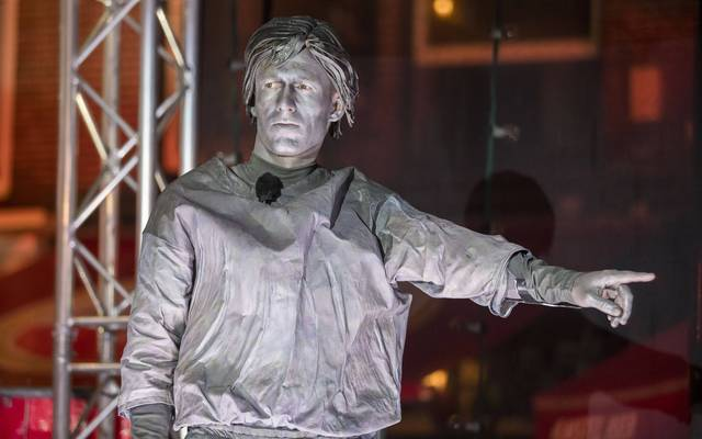 Arjen Robben verkleidet als Statue von Johan Cryuff