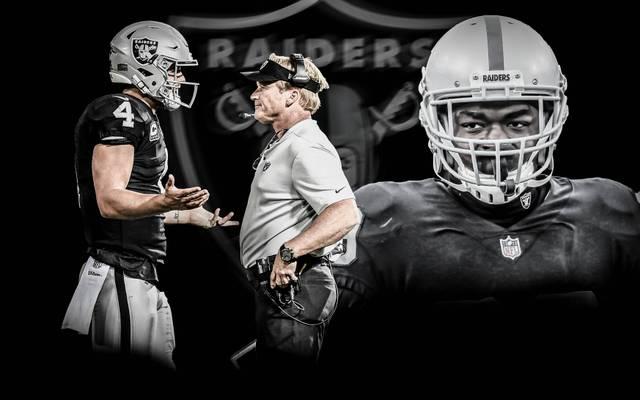 Bei den Oakland Raiders um Trainer Jon Gruden (m.) sieht es derzeit düster aus