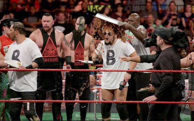 Bo Dallas und Curtis Axel bekamen bei WWE RAW neben der Wut ihrer Kollegen auch Essensreste ab