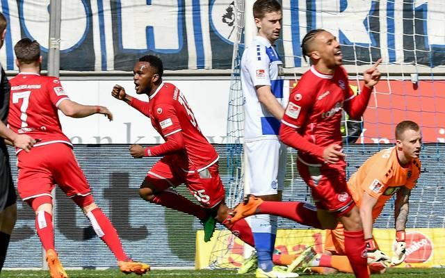 """Kaiserslauterns Stürmer Osayamen Osawe (2.v.l.) schnürt schon seinen zweiten Dreierpack für die """"Roten Teufel"""""""
